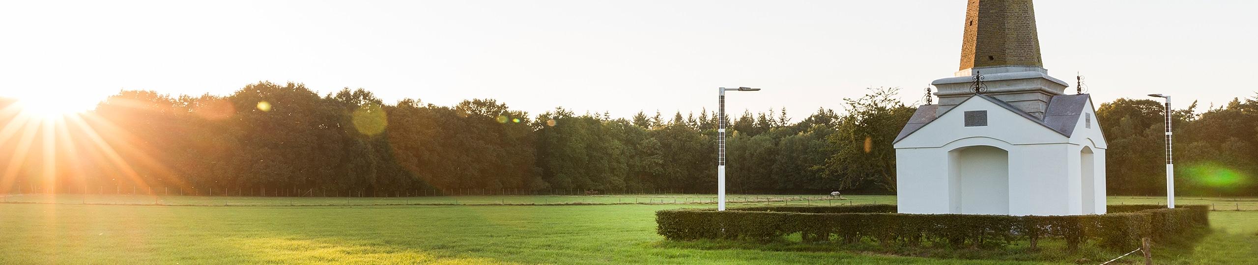 FlexSol Soluxio publieke verlichting solar lichtmast - lantaarnpaal op zonne-energie tijdens zonsondergang nabij monument