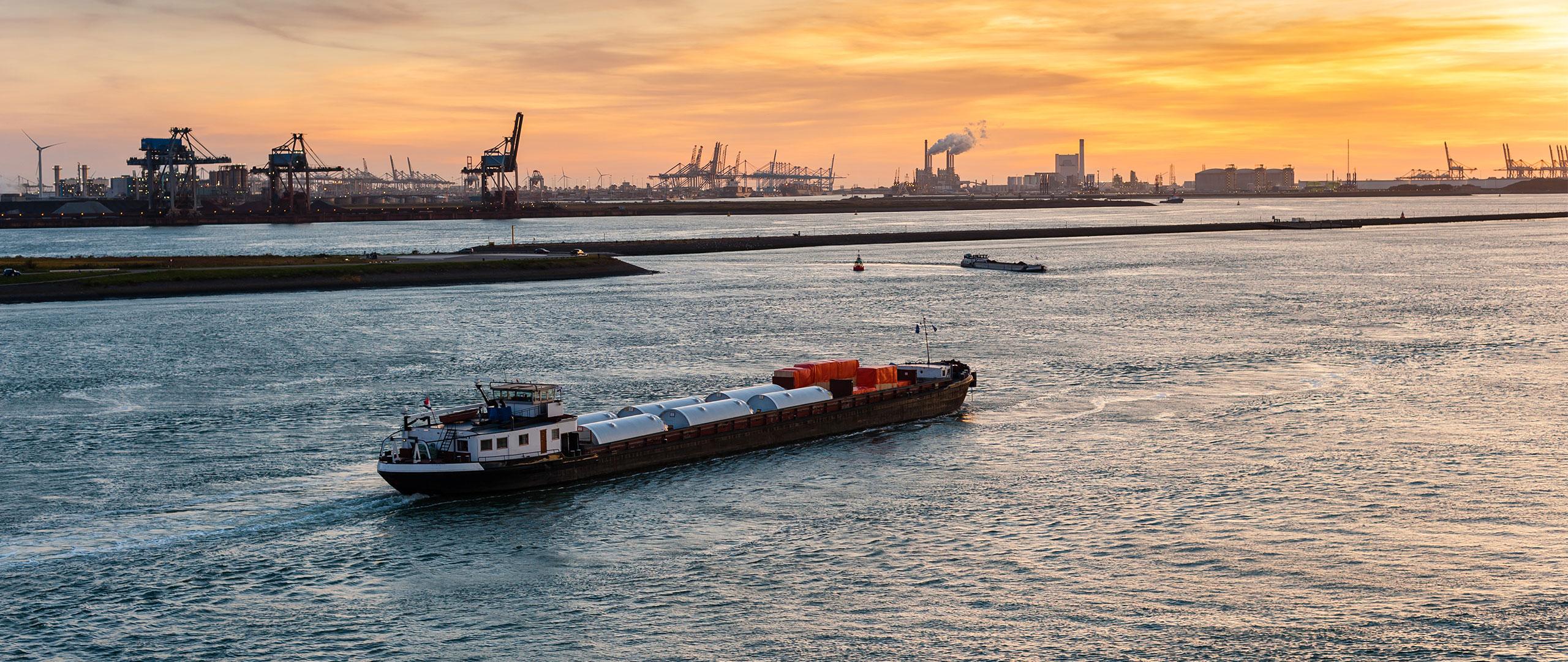 Soluxio OEM mast met zonnepanelen haven in zicht